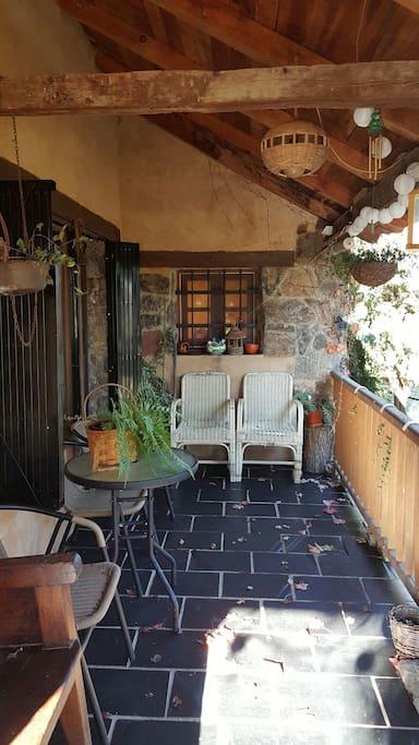 Entrada con terraza cubierta
