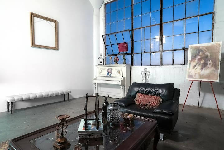 A spacious photo and event studio loft in DTLA