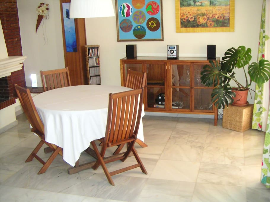 Homely spacious wooden floored room houses for rent in for Kitchen room estepona