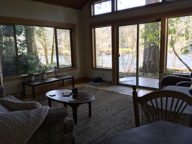 RiverSong - McKenzie River Guest House with a view
