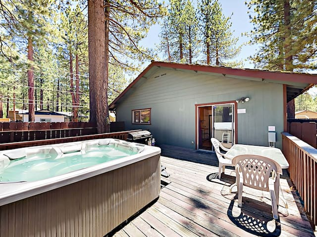 Cozy Home with Prime Locale, Deck & Hot Tub
