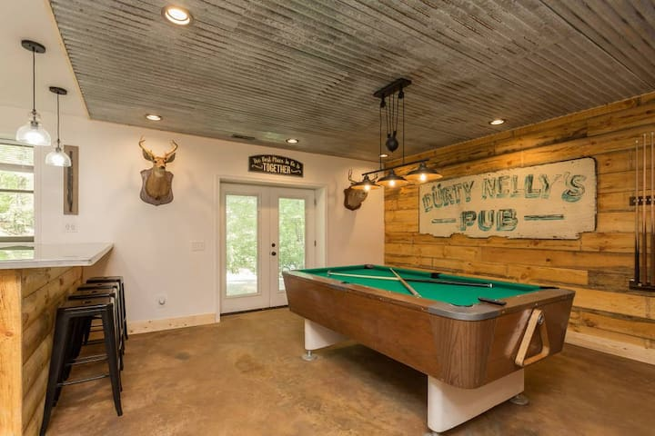 Updated Lodge Hot Tub Pool Table in Massanutten