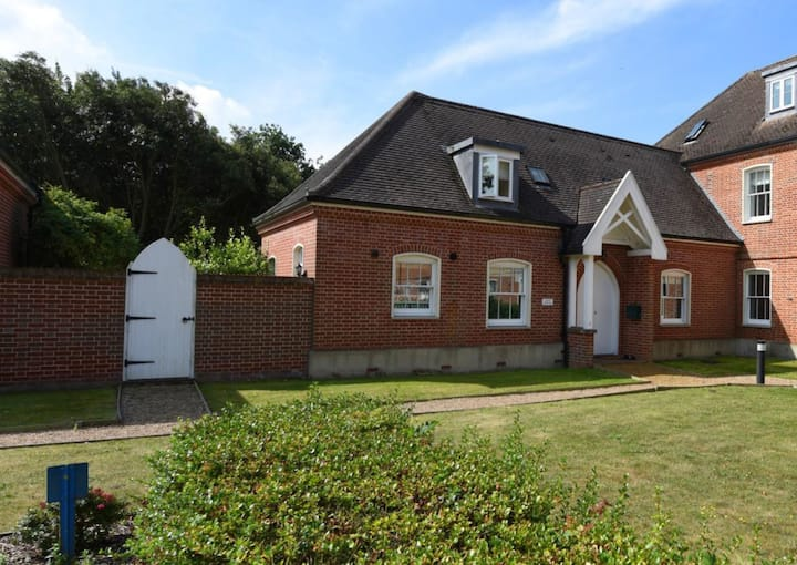 with access to heated pool & gym. Near Southwold