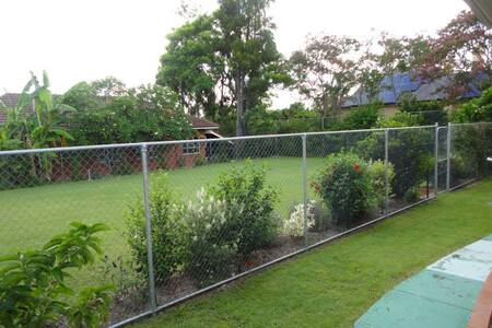 Massive quiet cosy - close to shops gym city buses - Lutwyche - Hus