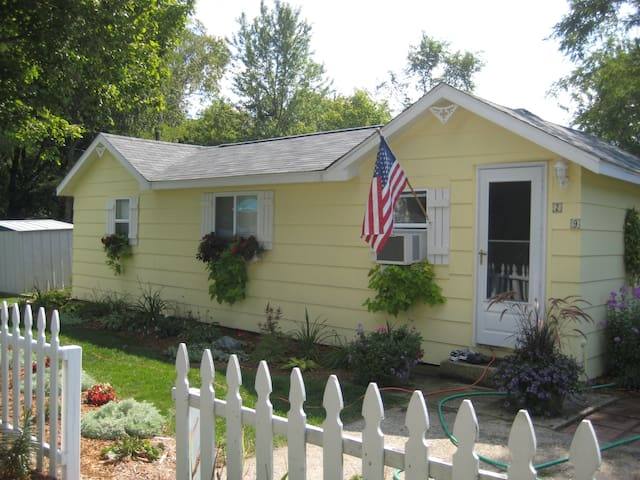 Sunny Cottage in Pentwater Village