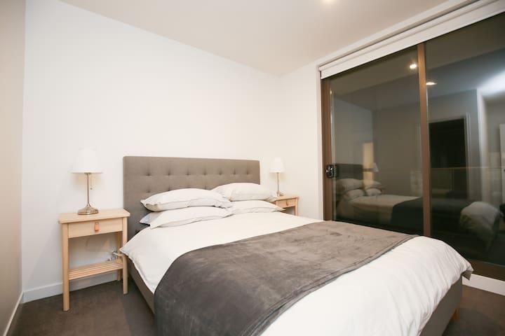 HPL2 - Elegant 2BR Apartment nearby Westfield & M3