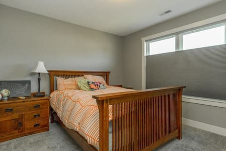 Private Room/Bath 16 miles from DT Des Moines - Waukee - Rumah