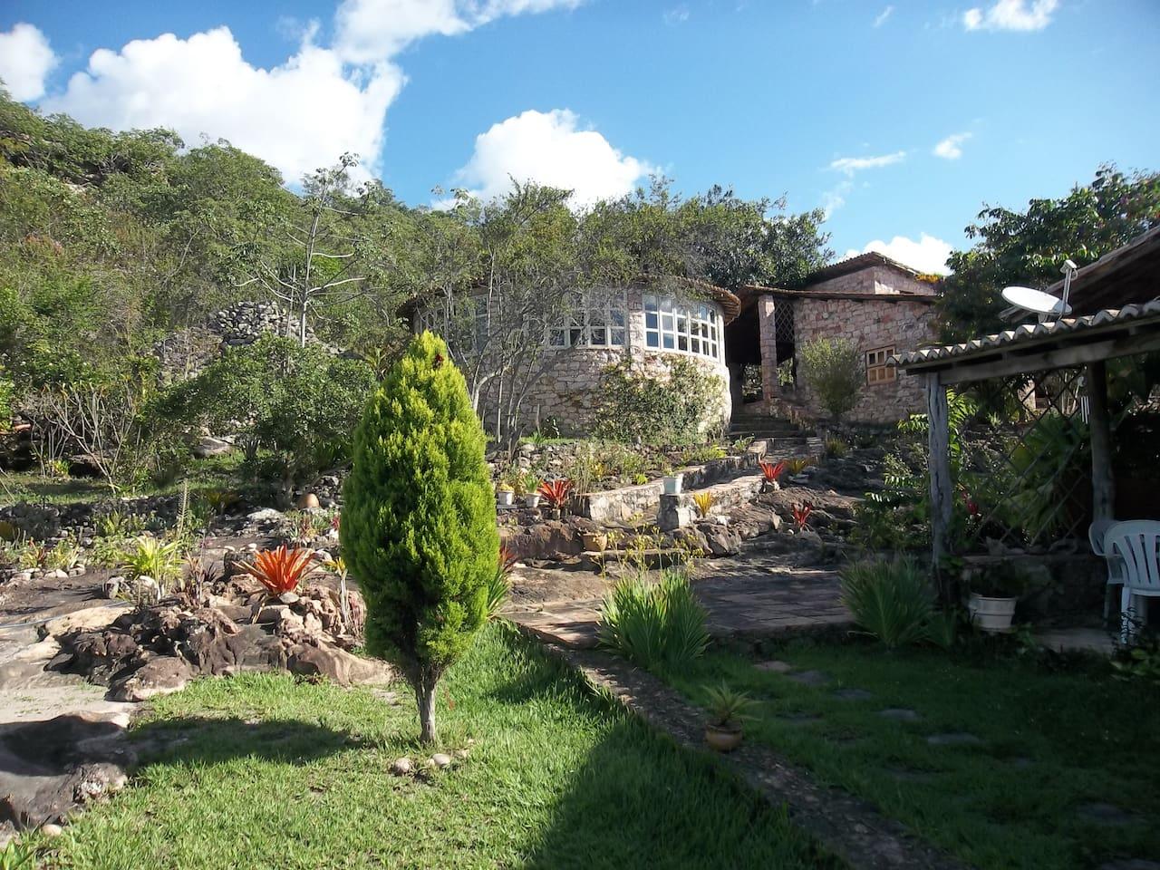 Visão ampla do jardim e do anexo (salão yoga).