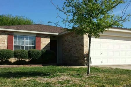 Comfy home with large living area. - Corpus Christi - House