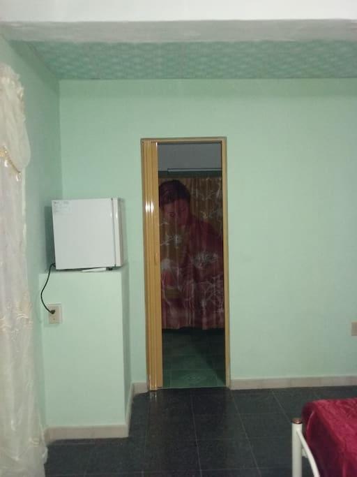 Habitación # 1. La misma tiene dos camas matrimoniales, Se observa la puerta de acceso al baño privado, muy amplio, con servicio de agua caliente. En la propia habitación puede conservar bebidas y alimentos en el minibar.