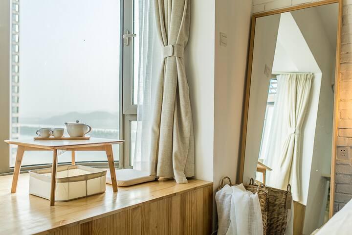 榻榻米上,湘江边看一整天。