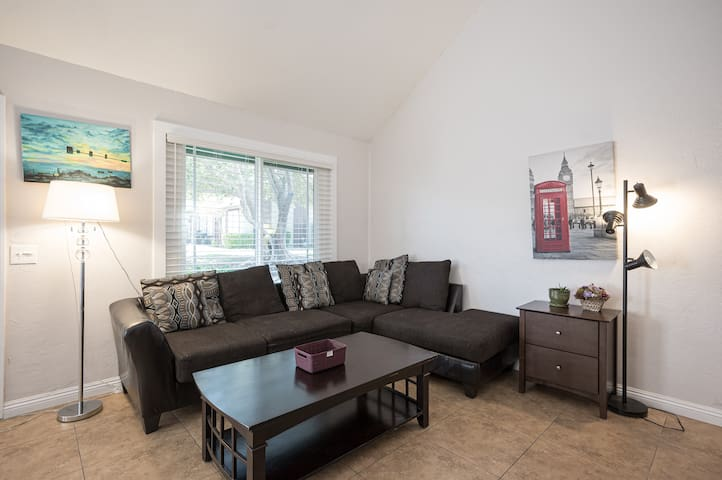 4BD/3fulBR/2mls strip/convention airport 5 bed.
