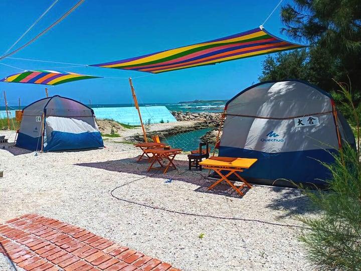 海邊的露營區,帳篷三面紗窗,海風吹拂,涼,代客訂交通,旅遊行程 ,接送服務,語言不通的客人接待有困難