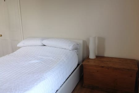 Bright and spacious double room in a quiet street - House