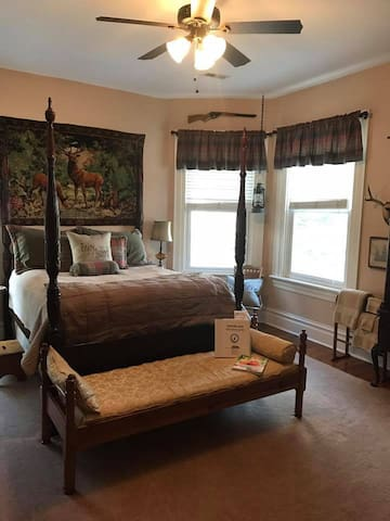 Guest Room w/Queen Bed Rice- Carved Plantation Bed