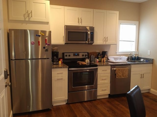 Brand New 2nd Floor Brockton Flat! - Brockton - Apartment