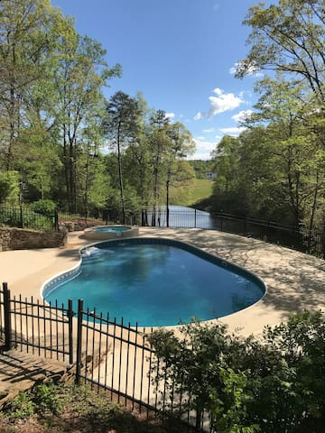 Entire top floor. 3 br, pool/spa. 10 min. to TIEC!