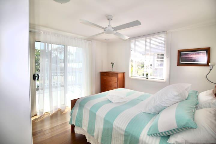 Aloha Alex Beach House Pet-friendly -wifi, linen!!