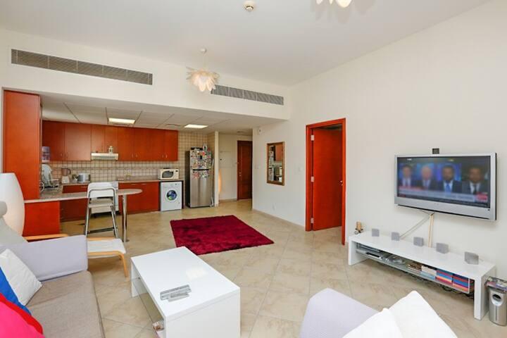 Tastefully Furnished 1 Bedroom+Living+Kitchen+Park