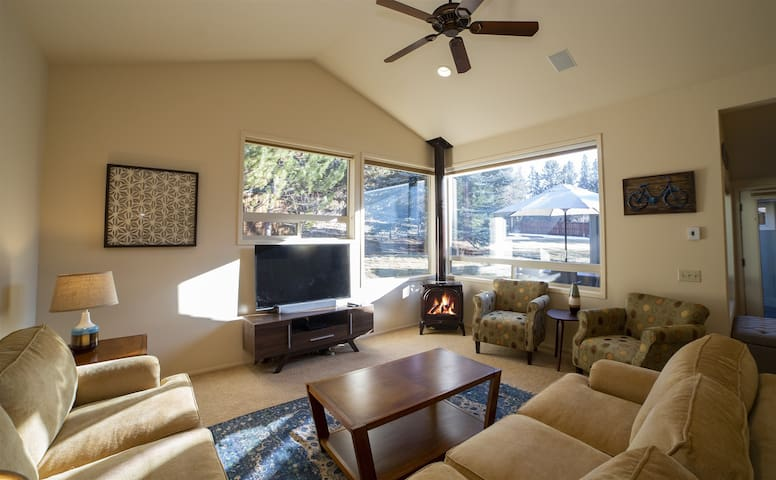 Alpenglow`s Milo Avenue, Fenced half acre, sleeps 10, Air Conditioning, 1,900 sq.ft., 4 bedrooms, 2 bath with King, Cal King, Queen, Queen sofa sleeper with memory foam, full sized Murphy Bed and crib