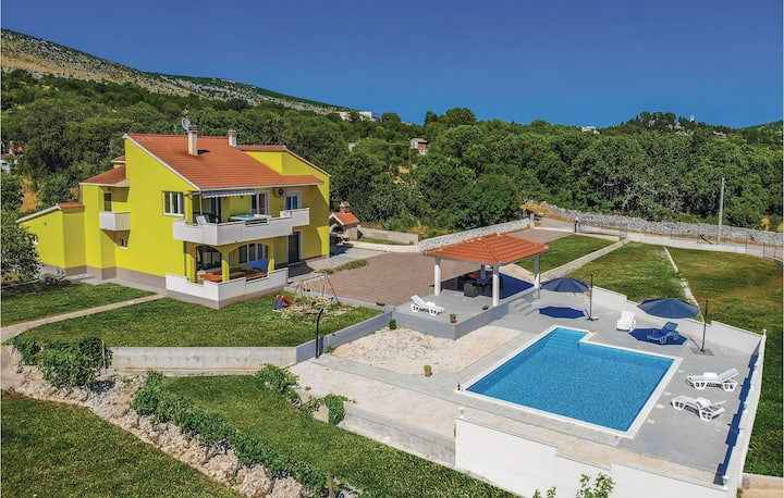 Stunning home in Primorski Dolac with WiFi and 4 Bedrooms