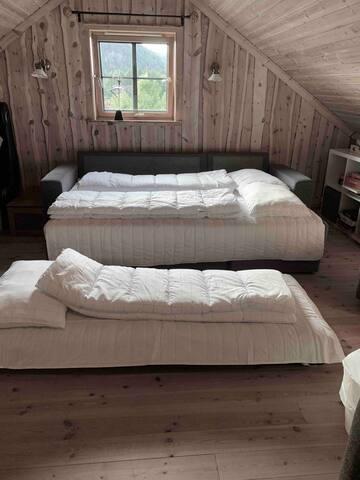 Utslått sovesofa til 2 personer og luftmadrass ved behov på loftstue.