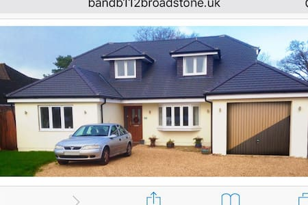 B and B 112 Broadstone Twin Beds - Bed & Breakfast