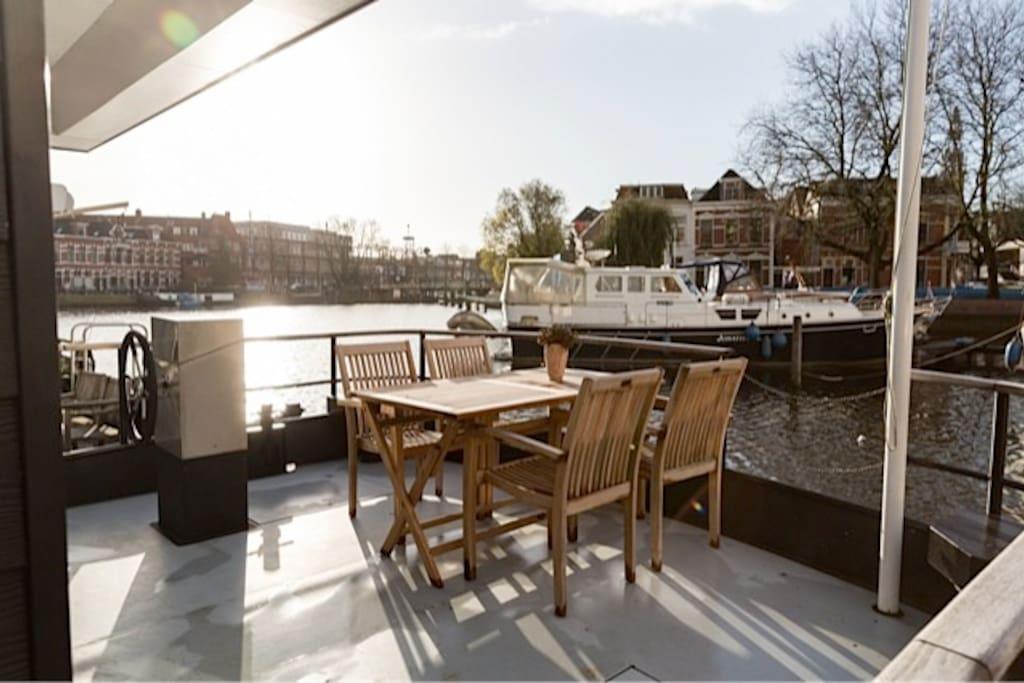 Een prachtig terras op het water met uitzicht op cultuurcentrum De Oosterpoort.
