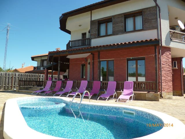 "Villa ""Golf & Relax 2"" - 8 people. - Balchik - Huis"