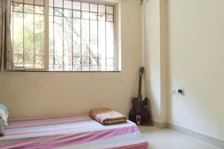Cosy 1BHK flat in Central Mumbai in a posh locality Dosti Acres with club house facility of swimming pool, and other sports. Lighted and airy room. Clean and hygienic place to have a comfortable stay. Tasty and delicious Indian vegetarian breakfast.