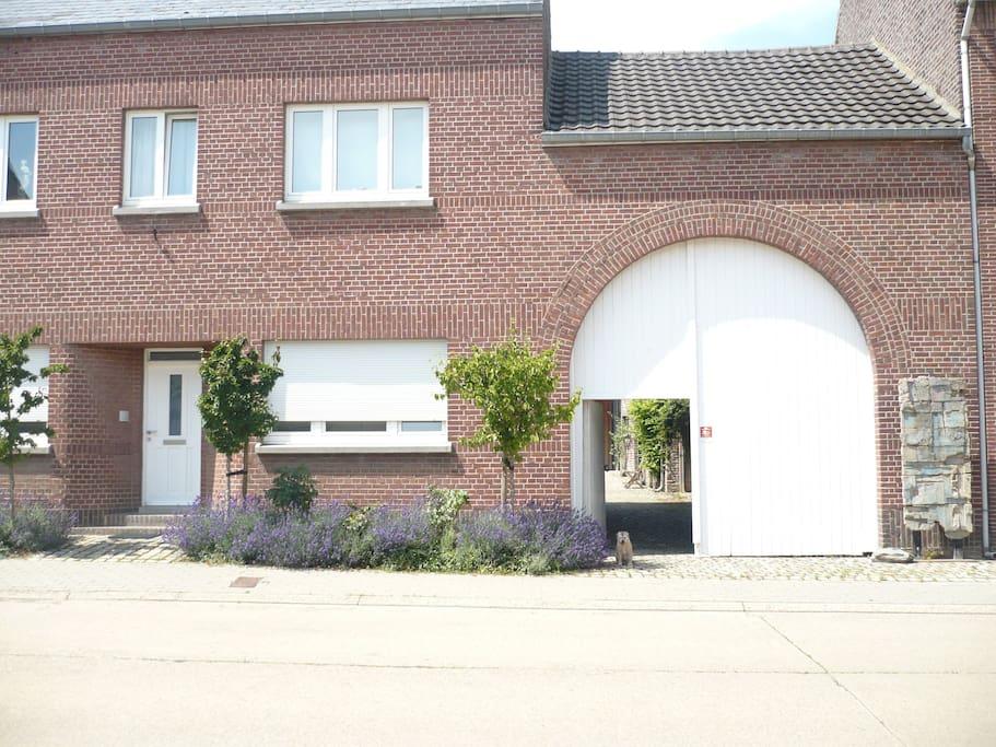 eigen ingang naar binnenplaats en geheel/ own entrance zelfstandige woning/ independant entrance
