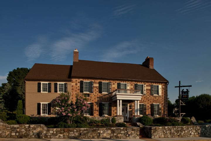 Historic Smithton Inn - Group Stay