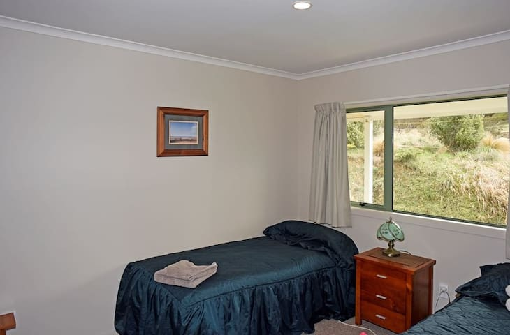 Bedroom with 2 single beds