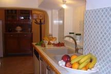 Cucina con lavastoviglie e forno. Le piastrelle di Vietri dipinte a mano
