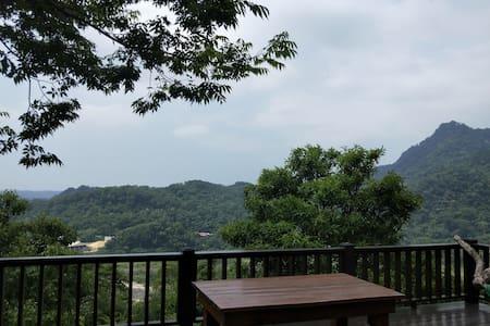 坐在露臺山林頂端,喝杯我們自己種的阿拉比卡咖啡,享受夕陽,陶冶心靈,遠離城囂。