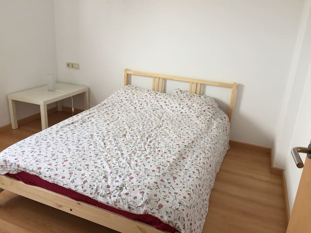 Charming room in a calm neighbourhood - Sant Cugat del Vallès - Casa