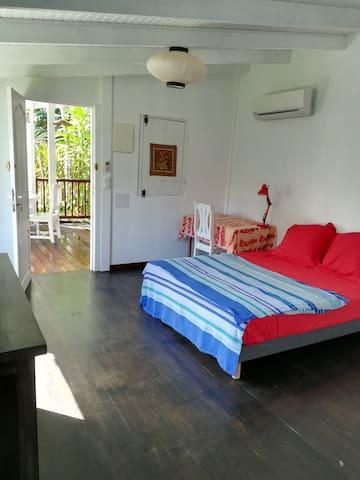 grande chambre avec lit  et coin bureau