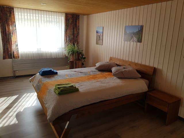 Dass Elternschlafzimmer verfügt über ein hochwertiges Bett von 160 x 200 cm. Ein Babybett ist ebenfalls vorhanden.