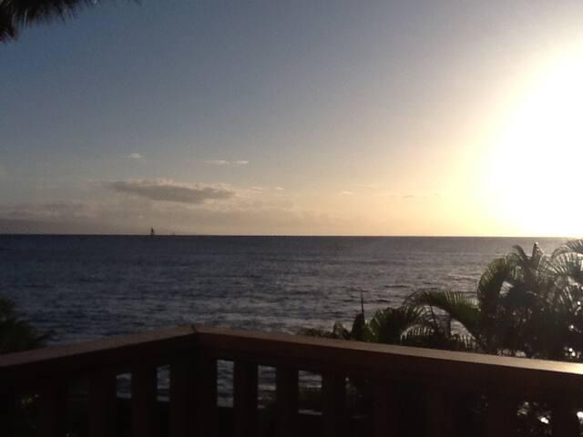 OCEANFRONT-hear the waves crashing! Rare 1 bedrm - Lahaina