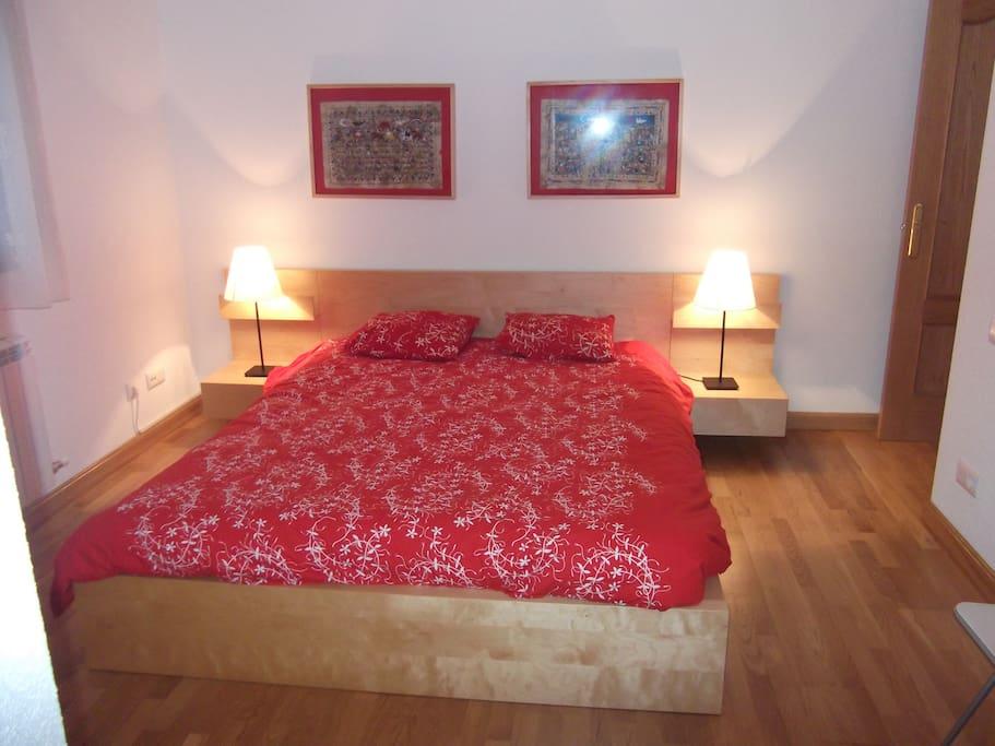 Habitación principal con cama de 160 cm