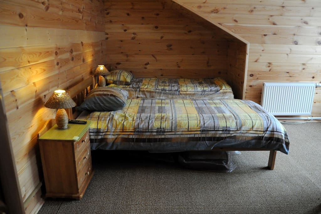 Комната с двумя кроватями и душем