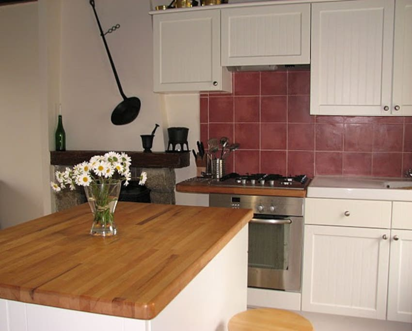 Kitchen with full use of all amenities (microwave, fridge/freezer, gas hob)