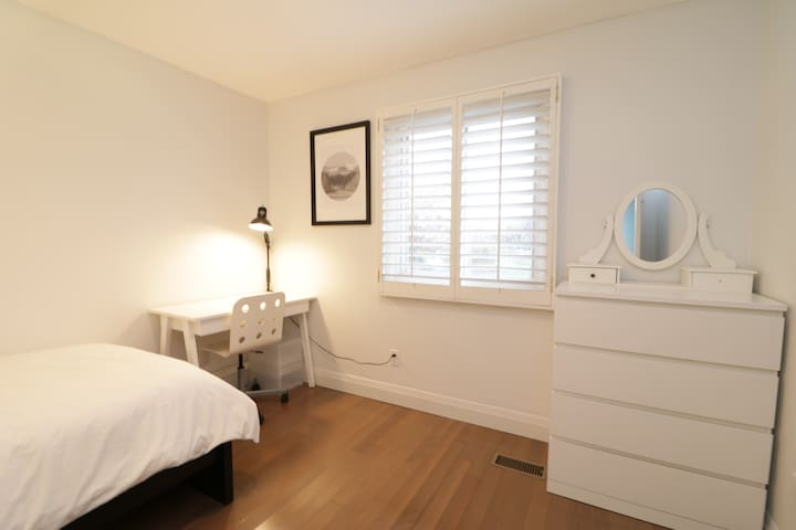 Quiet room for single in Richmond Hill