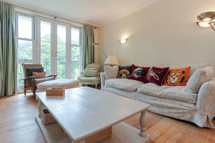 Luxury 2 bed flat with garden in Wimbledon