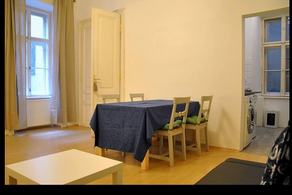 Wohnzimmer mit Schlafsofa und 2 Fenstern in den ruhigen Innenhof