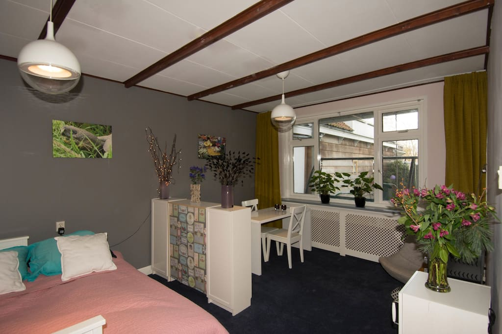 Spacious bed- and living room overlooking the garden