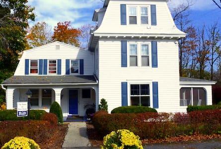 House On Main Street 5BR Easy Walk - Williamstown - Casa