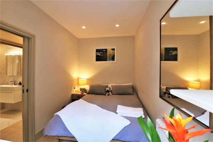 Cosy double bedroom in Luxury Kensington Apartment