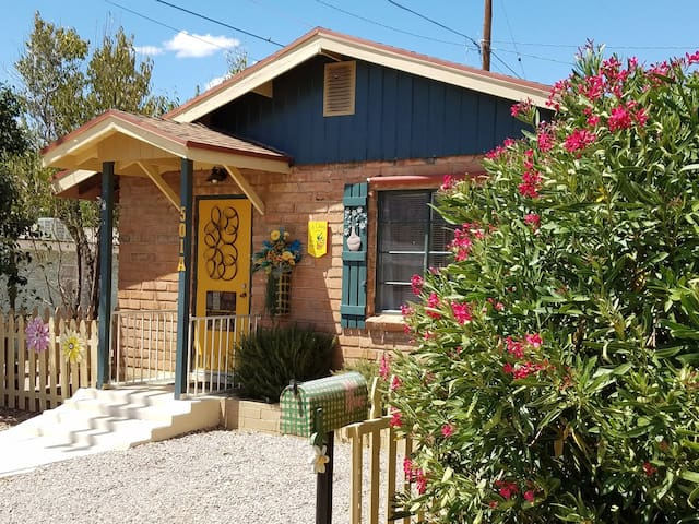 La Casita:  charm, private patio, light breakfast