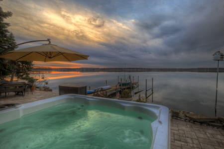 Great Wine Trail Lakefront Hot tub  - Cayuga